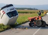 Prometna nesreća kod Turnića - Od siline udarca traktor puknuo popola, dvoje prevezeno u bolnicu
